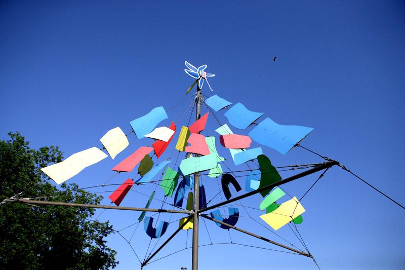 Das Windspiel symbolisiert die fünf Ortsteile, die beiden Flüsse und die Landschaft der Stadt.