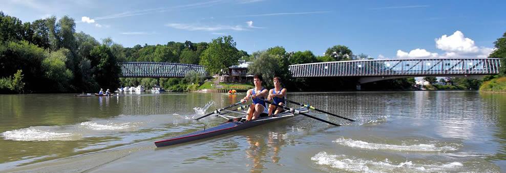 Zwei junge Männer beim Rudern auf dem Fluss
