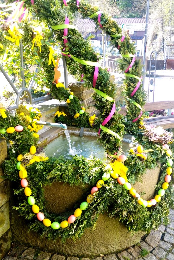 Der Ochsenbrunnen wurde von den Landfrauen Neckarrems als Osterbrunnen geschmückt.