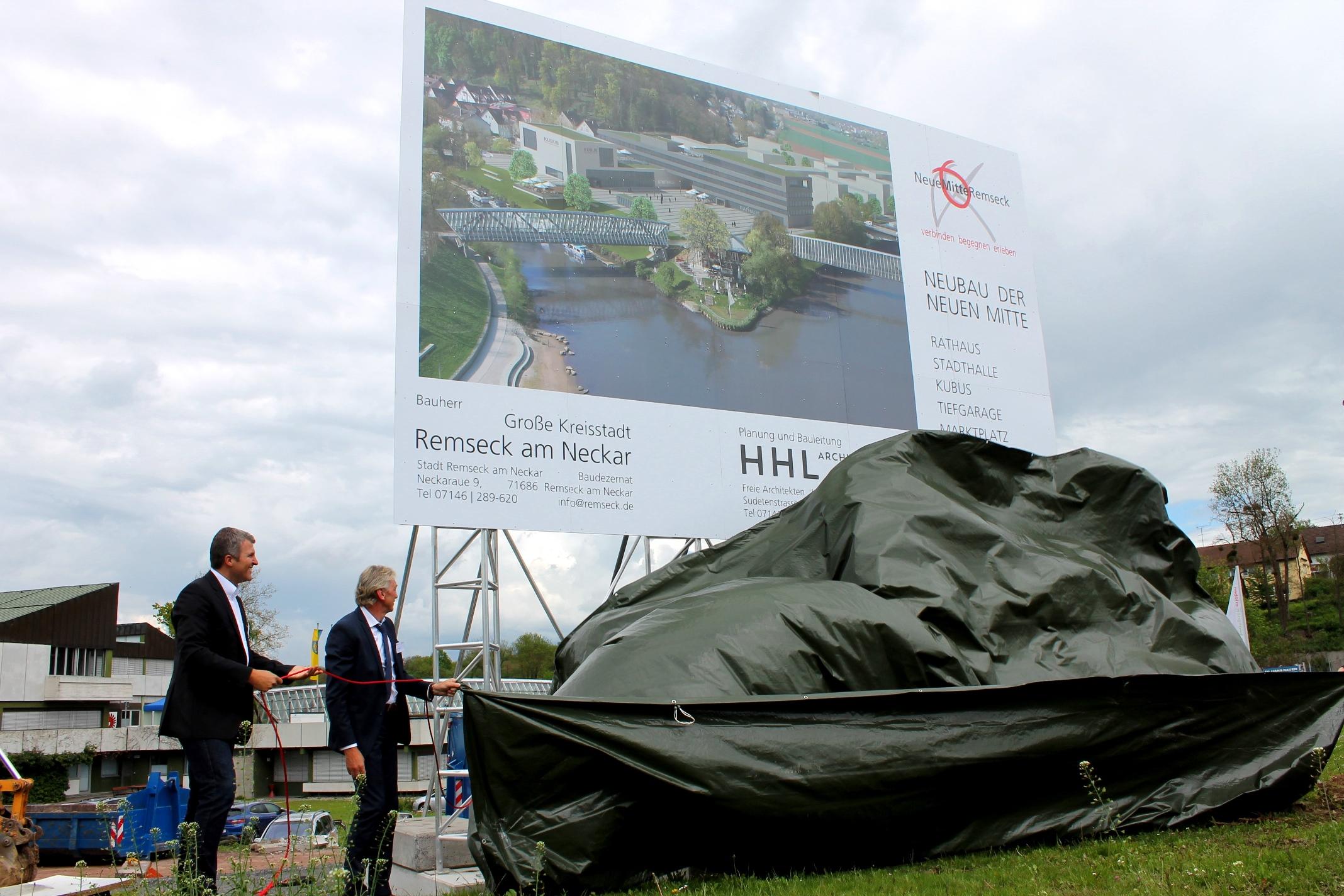 """Feierlich wurde das Bauschild für das städtebauliche Großprojekt """"Rathaus – Stadthalle – Kubus"""" enthüllt."""