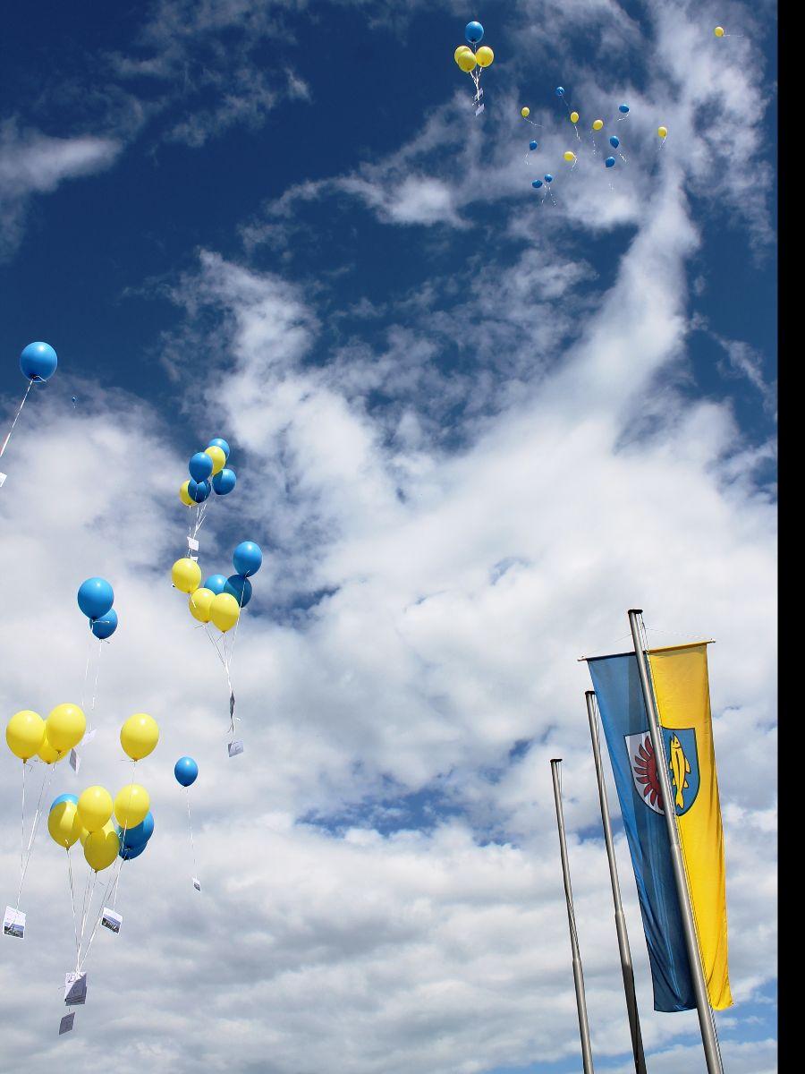 Kinder konnten am Luftballonwettbewerb teilnehmen und ließen Ballons in den Stadtfarben in den Himmel steigen.