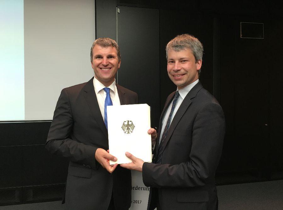 (v.l.n.r. Oberbürgermeister Dirk Schönberger, Bundestagsabgeordneter Steffen Bilger): Übergabe Fördermittelbescheid Breitband Beratungsleistungen