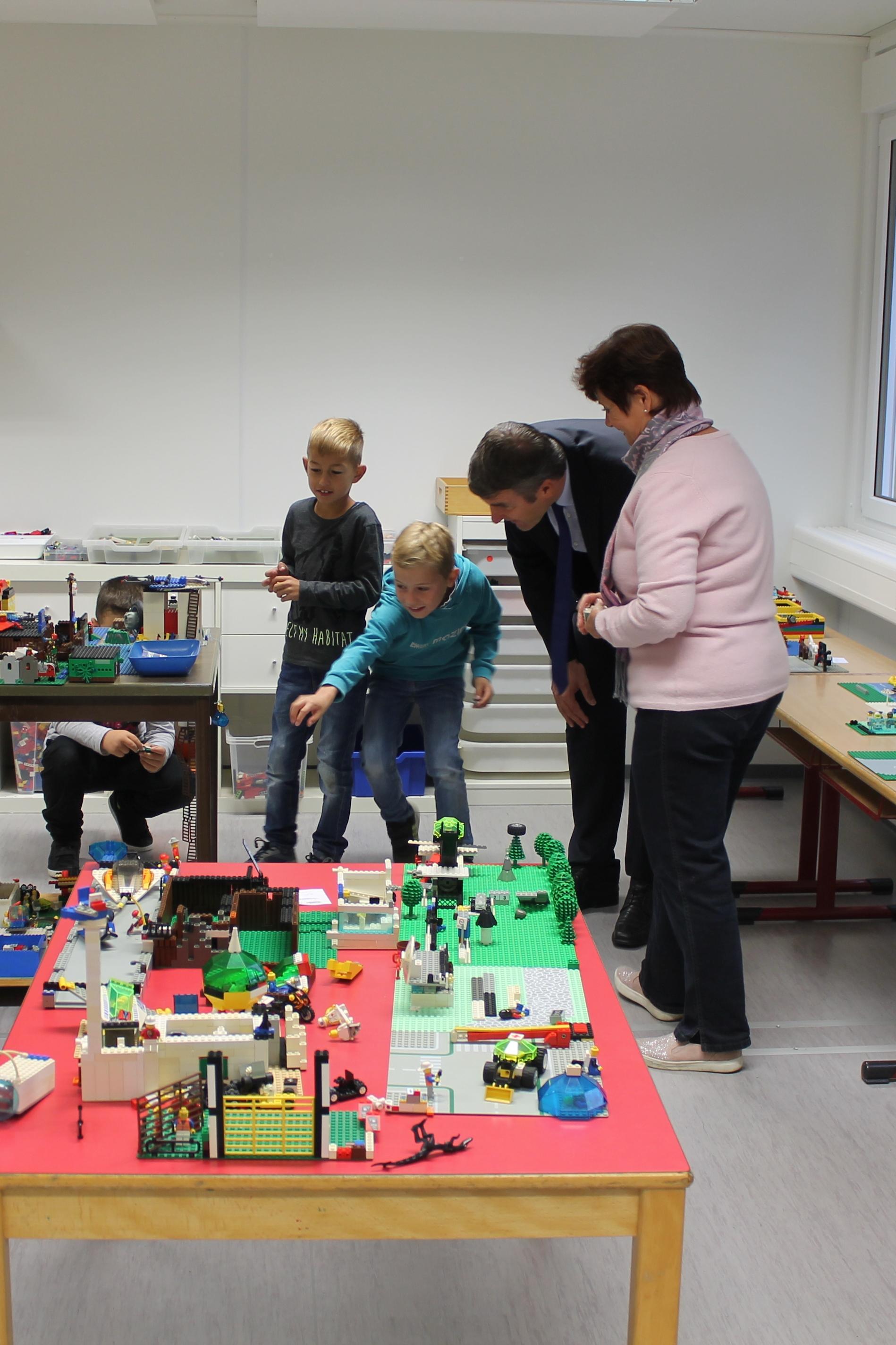 Oberbürgermeister Dirk Schönberger lässt sich das Lego-Zimmer in der Kernzeit der Neckarschule zeigen.