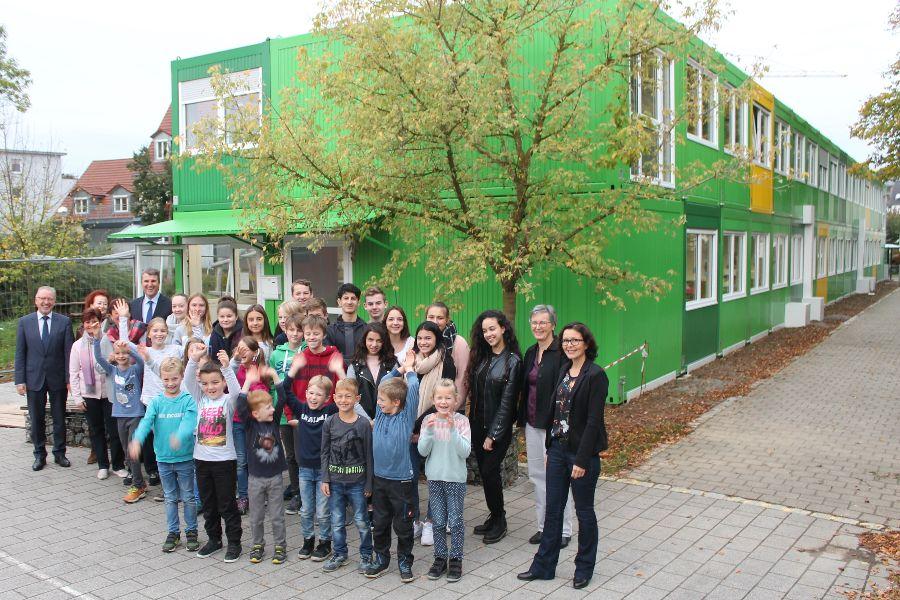 Die Schülerinnen und Schüler freuen sich über den Erweiterungsbau.