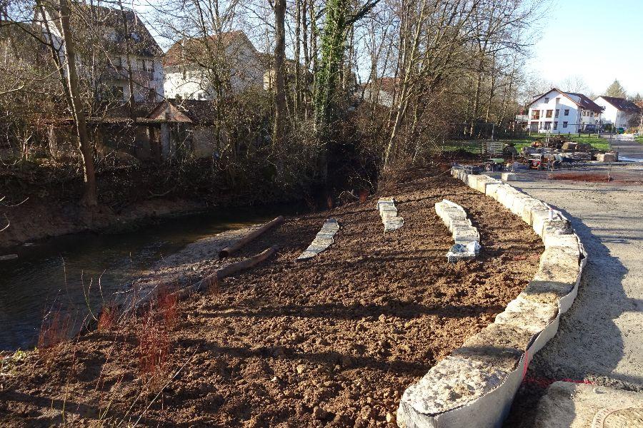 Am neuen Familienplatz beim Zipfelbach in Hochdorf entstehen Sitzstufen. Foto: Stadt Remseck am Neckar