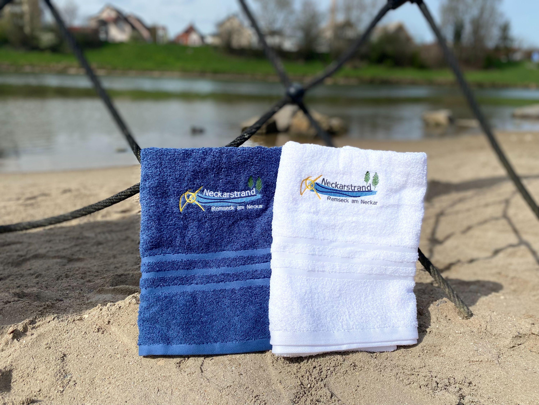 Das Duschtuch »Neckarstrand« ist in weiß, blau oder gelb erhältlich.