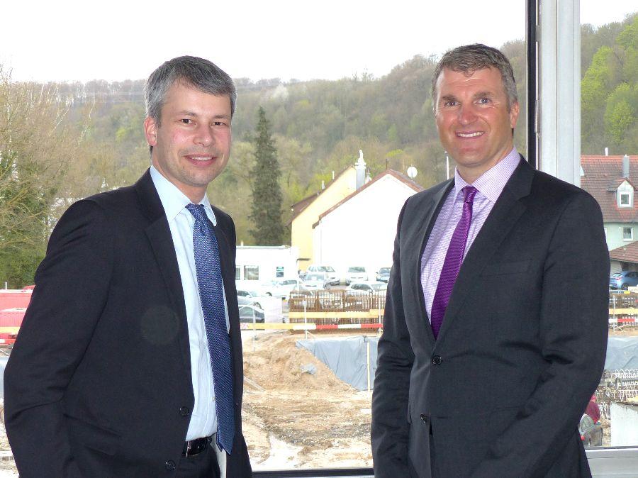 Steffen Bilger MdB (links) und OB Dirk Schönberger am Rathausfenster vor der Großbaustelle zur »Neuen Mitte«. Foto: Stadt Remseck am Neckar