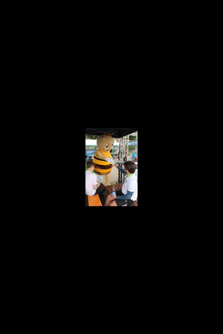 Remsi, das Maskottchen der Remstal Gartenschau 2019, verteilt Urkunden an die Teilnehmer der 24-Stunden-Wanderung.