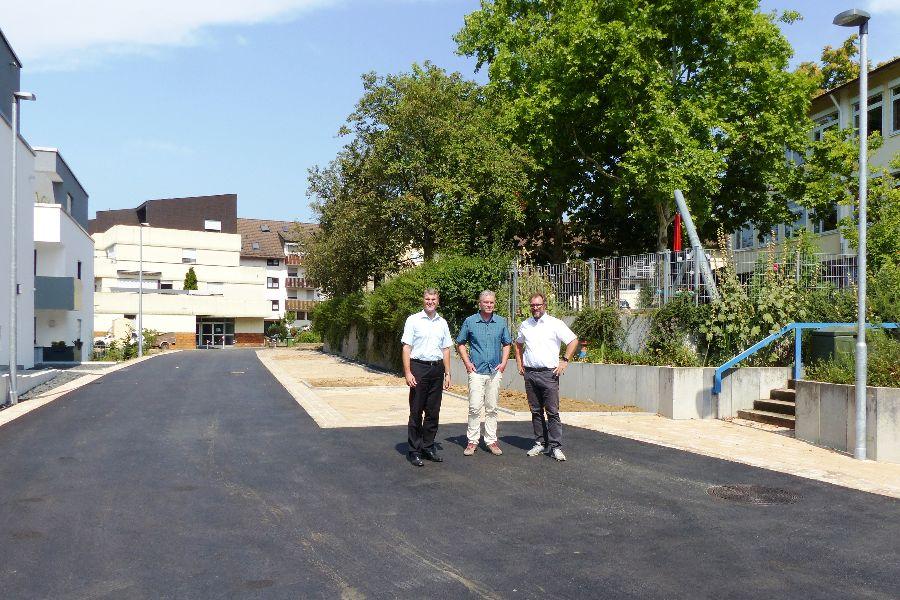 OB Dirk Schönberger (links) und der Leiter der FG Tiefbau, Christian Rygol (rechts), freuen sich mit dem zuständigen Sachbearbeiter Thomas Droste (Mitte) über die abgeschlossene Straßensanierung. Foto: Stadt Remseck am Neckar