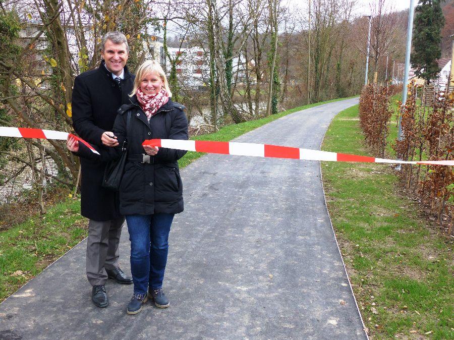 OB Dirk Schönberger eröffnete gemeinsam mit Franka Hölzel, Sachbearbeiterin FG Tiefbau, die Wegeverbindung linkes Remsufer. Foto: Stadt Remseck am Neckar