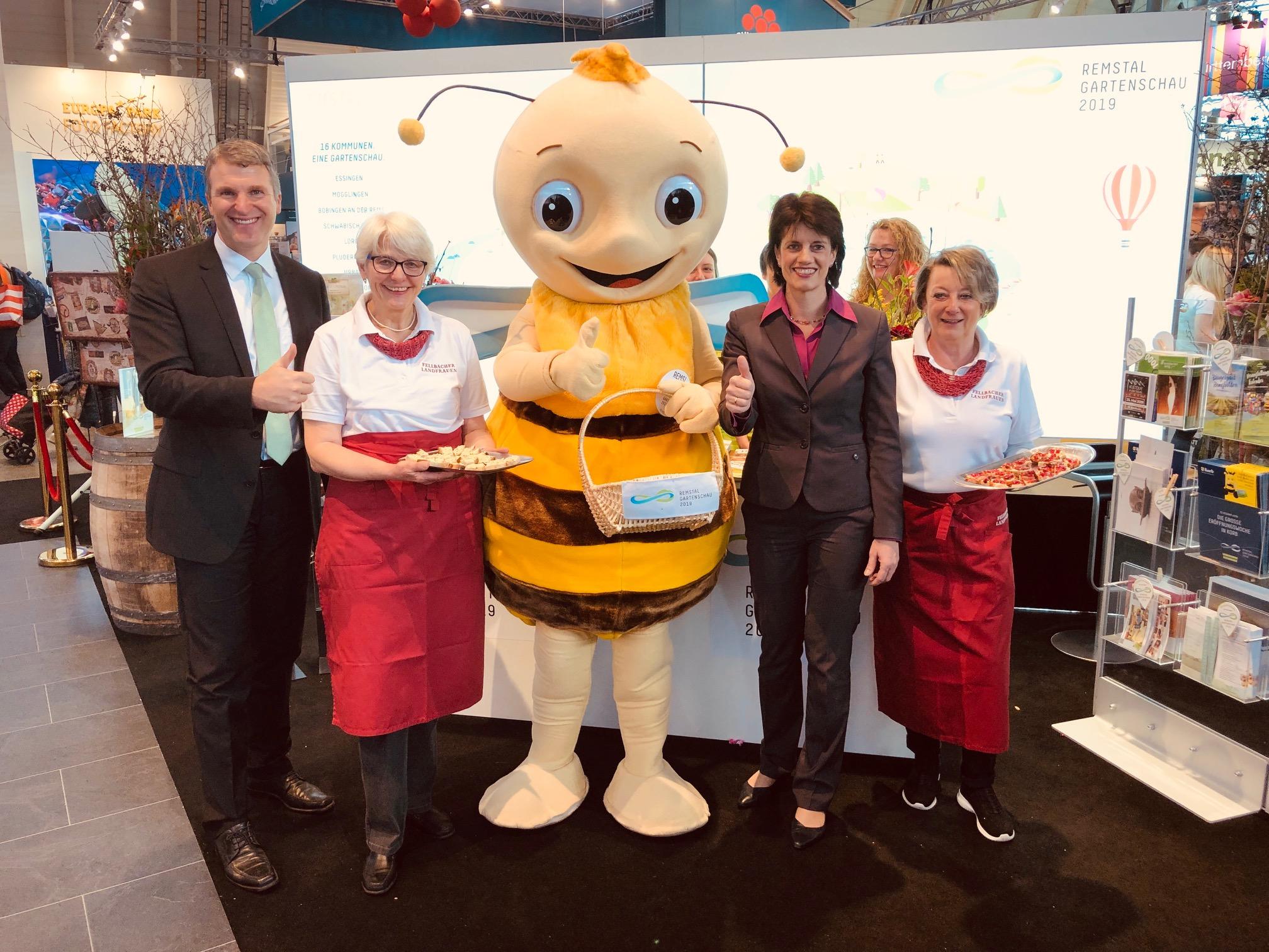 OB Schönberger (links) und OB Zull (4.v.l.) mit den Fellbacher Landfrauen und Remsi am Messestand. Foto: Stadt Remseck am Neckar