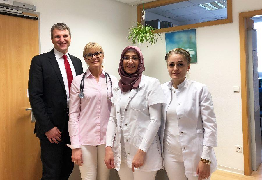 (v.l.n.r.) Oberbürgermeister Dirk Schönberger, Tatjana Mikolajewski, Fachärztin für Allgemeinmedizin, Frau Hamide Özsu und Frau Elif Cetin