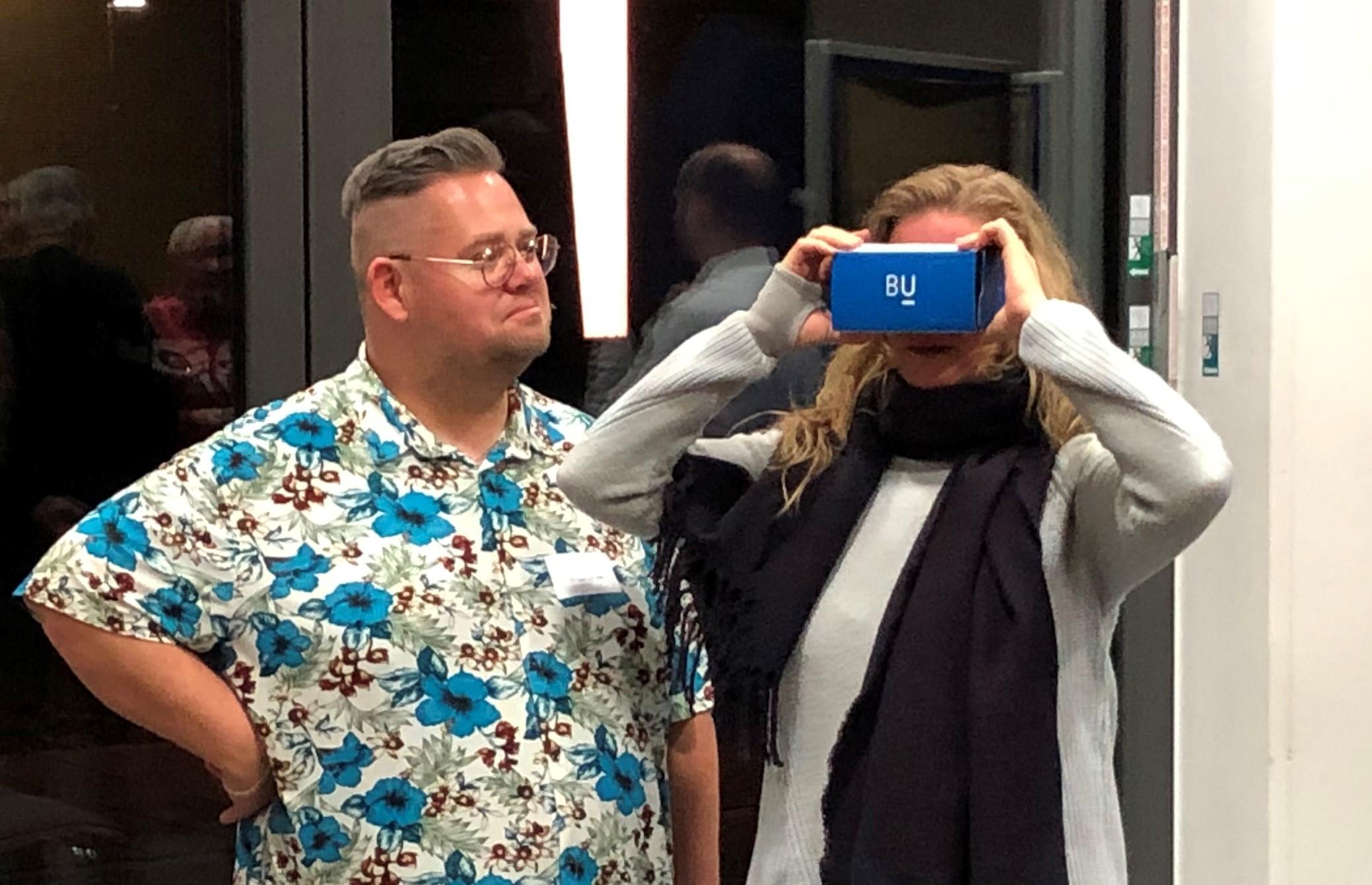 Bürgerinnen und Bürger erlebten 360°-Rundblicke mithilfe von Cardboards und Smartphone | Foto: Stadt Remseck am Neckar