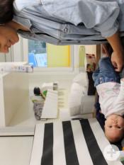 Hebamme und Baby im mobilen Familienzentrum Remseck am Neckar