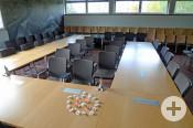 Im Sitzungssaal gibt es 60 Sitzplätze und 10 Stehplätze.