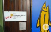 Ein Schild am Rathaus-Eingang weist darauf hin, dass Remseck am Neckar seit 2013 Energieeffizienzkommune ist.