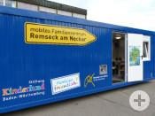 Das mobile Familienzentrum der Stadt Remseck am Neckar fährt als blauer Container in die Stadtteile, um vor Ort Unterstützung und Rat zu bieten.