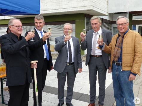 Auf den Start des Großprojekts stoßen an (v.l.n.r.): Uwe Hein (HHL Architekten), Oberbürgermeister Dirk Schönberger, Erster Bürgermeister Karl-Heinz Balzer, Bürgermeister Karl Velte und Oberbürgermeister a. D. Karl-Heinz Schlumberger.