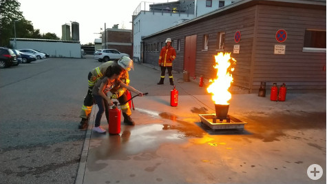 Geflüchtete üben den Umgang mit dem Feuerlöscher. Foto: Stadt Remseck am Neckar