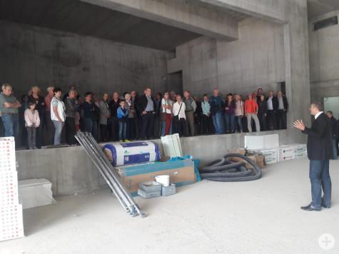 Die Besucherinnen und Besucher zeigen sich von den Ausmaßen der Bühne in der Stadthalle beeindruckt. | Foto: Stadt Remseck am Neckar