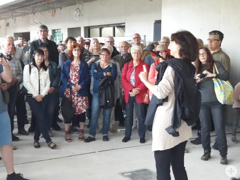 Bürgermeisterin Birgit Priebe führt die Interessierten durch den Rathaus-Neubau | Foto: Stadt Remseck am Neckar
