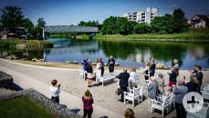 Zeremonie am Neckarstrand