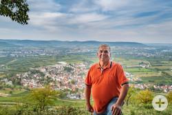 Gerhard Liebhard, Ortsvorsteher aus Kleinheppach, zeigt seinen Seelenort auf dem Kleinheppacher Kopf